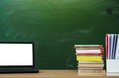 Fondo di istruzione Di nuovo al concetto del banco Computer portatile con lo schermo in bianco sulla tavola Fotografia Stock