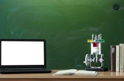 Fondo di istruzione Di nuovo al concetto del banco Computer portatile con lo schermo in bianco sulla tavola Immagine Stock Libera da Diritti