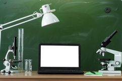Fondo di istruzione Di nuovo al concetto del banco Computer portatile con lo schermo in bianco sulla tavola Immagine Stock