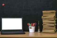 Fondo di istruzione Di nuovo al concetto del banco Computer portatile con lo schermo in bianco sulla tavola Immagini Stock Libere da Diritti