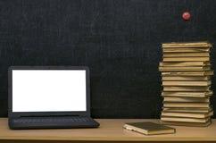 Fondo di istruzione Di nuovo al concetto del banco Computer portatile con lo schermo in bianco sulla tavola Immagini Stock
