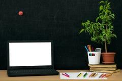 Fondo di istruzione Di nuovo al concetto del banco Computer portatile con lo schermo in bianco sulla tavola Fotografia Stock Libera da Diritti