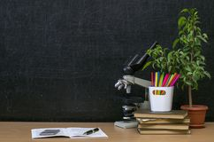 Fondo di istruzione Di nuovo al concetto del banco Tavola dello scrittorio dello studente o dell'insegnante Fotografie Stock