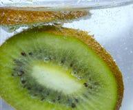Fondo di Kiwi And Bubbles On White Fotografie Stock Libere da Diritti