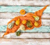 Fondo di legno di autunno di struttura della decorazione del tessuto della zucca Fotografie Stock