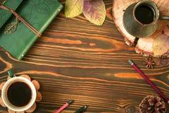 Fondo di legno di autunno vuoto che consiste della latteria, cofee, ezve del  di Ñ, cono, foglie di autunno, penna Matita Vista  immagine stock