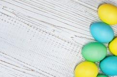 Fondo di legno bianco con le uova per accogliere Concetto ea felice Immagini Stock Libere da Diritti