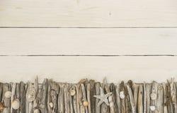 Fondo di legno bianco con una decorazione marittima Fotografie Stock