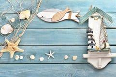 Fondo di legno blu con i ricordi di estate Fotografie Stock Libere da Diritti