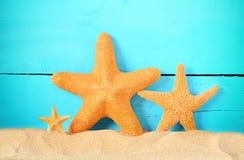 Fondo di legno blu di estate Famiglia delle stelle marine Immagini Stock