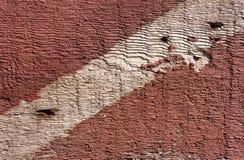 Fondo di legno di Brown con la striscia di pittura rossa Immagine Stock