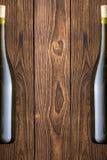 Fondo di legno con due bottiglie di vino immagini stock libere da diritti