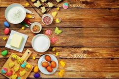 Fondo di legno con i biscotti e gli ingredienti di Sugar Easter per le sedere Fotografia Stock Libera da Diritti
