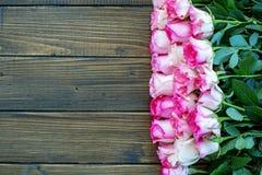 Fondo di legno con i fiori rosa Posto per testo Hap di concetto Fotografia Stock Libera da Diritti