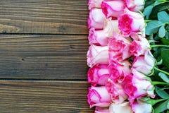 Fondo di legno con le rose rosa Posto per testo Concetto felice Fotografia Stock
