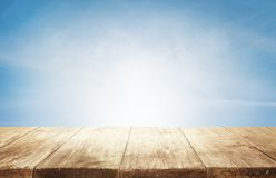 Fondo di legno del piano d'appoggio, scrittorio di legno vuoto sopra cielo blu Fotografie Stock Libere da Diritti