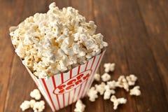 Fondo di legno del popcorn Fotografie Stock Libere da Diritti