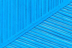 Fondo di legno del recinto della vecchia pittura blu consumata incrinata fotografie stock