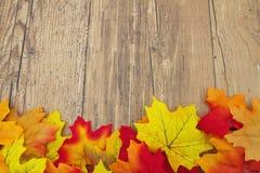 Fondo di legno del tempo e di Autumn Leaves Fotografie Stock