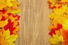 Fondo di legno del tempo e di Autumn Leaves Immagine Stock Libera da Diritti