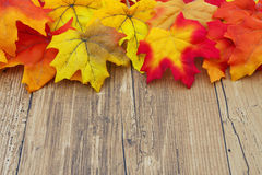 Fondo di legno del tempo e di Autumn Leaves Fotografie Stock Libere da Diritti