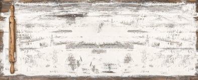 Fondo di legno dell'alimento della tavola del matterello della farina fotografie stock libere da diritti