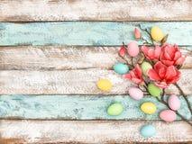 Fondo di legno della decorazione dei fiori delle uova di Pasqua Fotografie Stock