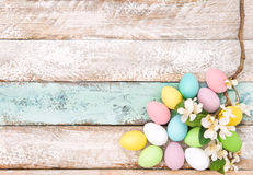 Fondo di legno della decorazione dei fiori delle uova di Pasqua Fotografia Stock Libera da Diritti