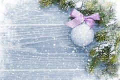 Fondo di legno di Natale con l'albero di abete della neve e la decorazione Fotografie Stock Libere da Diritti
