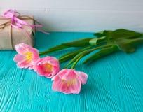 Fondo di legno e tulipani rosa 8 marzo, giorno del ` s della madre Fotografia Stock