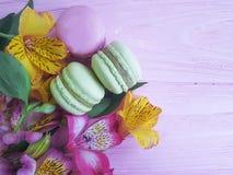 Fondo di legno di rosa della menta di Macaron, biscotto, fiore, fiore gastronomico Fotografia Stock