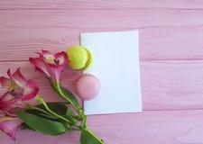Fondo di legno rosa di Macaron, foglia di bianco del fiore di alstroemeria Fotografie Stock Libere da Diritti