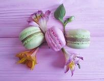 Fondo di legno rosa variopinto di Macaron, foglia del fiore di alstroemeria Immagini Stock