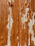 Fondo di legno rustico con pittura marrone che si stacca fotografia stock libera da diritti
