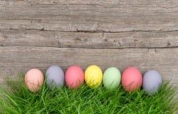 Fondo di legno rustico dell'erba verde delle uova di Pasqua Fotografie Stock Libere da Diritti
