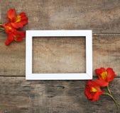 Fondo di legno rustico della struttura di Alstromeria del mazzo del fiore di disposizione arancio bianca di Copmosition Fotografia Stock