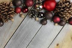 Fondo di legno rustico della struttura delle decorazioni di Bulbe dell'albero di Natale Fotografia Stock Libera da Diritti