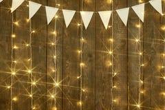 Fondo di legno scuro con le luci e le bandiere, contesto astratto di festa, spazio della copia per testo Fotografia Stock Libera da Diritti