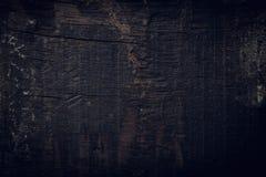 Fondo di legno scuro nero, superficie approssimativa del grano del bordo di legno immagini stock libere da diritti