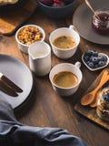 Fondo di legno scuro di prima colazione di concetto accogliente dell'alimento fotografia stock