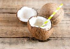 Fondo di legno Straw Copy Space dell'acqua di cocco delle noci di cocco vecchio Immagine Stock