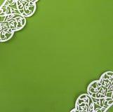 Fondo di Libro Verde con gli angoli fatti di pizzo bianco Fotografie Stock