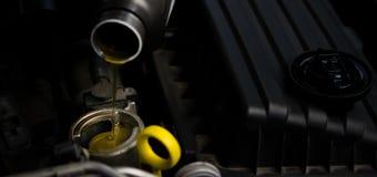 Fondo di manutenzione, cambiare l'olio del motore fotografia stock