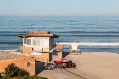 Fondo di Marine Safety Center With Ocean alla spiaggia di luce della luna immagini stock