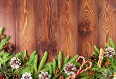 Fondo di marrone scuro del buon anno e di Natale La vista superiore, lo spazio della copia, la tavola rustica di legno, abete si  fotografie stock