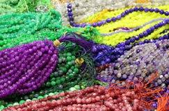 Fondo di molte collane della perla da vendere nel negozio del costume Immagine Stock Libera da Diritti