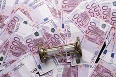 fondo di molte 500 euro banconote con la clessidra Valuta di UE Fotografia Stock Libera da Diritti