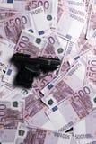 fondo di molte 500 euro banconote con la pistola Valuta di UE Immagini Stock Libere da Diritti