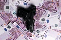 fondo di molte 500 euro banconote con la pistola Valuta di UE Immagini Stock