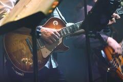 Fondo di musica rock di vecchio stile, giocatore di chitarra Fotografia Stock